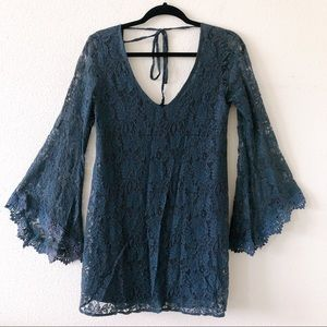 Lace dress with wide arms